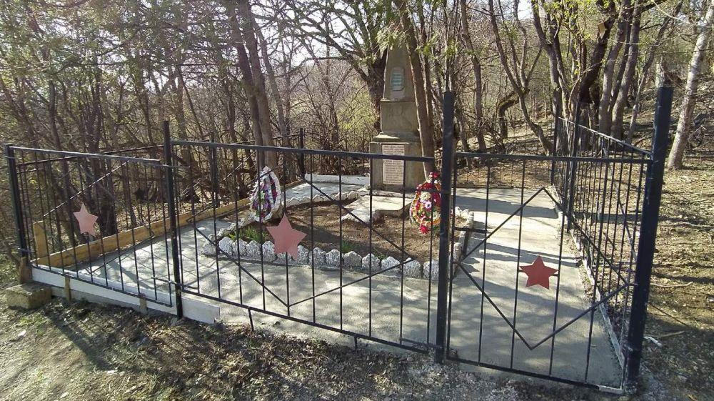 Сотрудники ГКУ РК «КРЫМ-СПАС» восстановили и облагородили памятник в Бахчисарайском районе