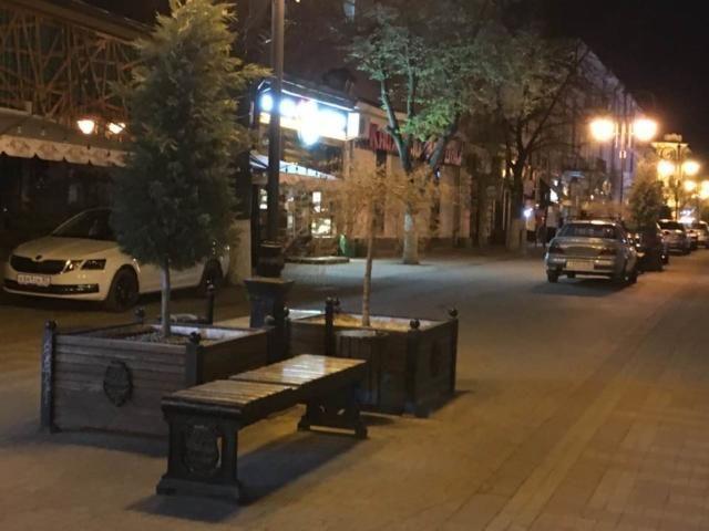 Фотофакт: главную пешеходную улицу Симферополя стали использовать, как ночную парковку