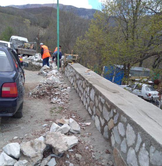 В Алуште ремонтируют подпорную стенку на дороге в Лучистое
