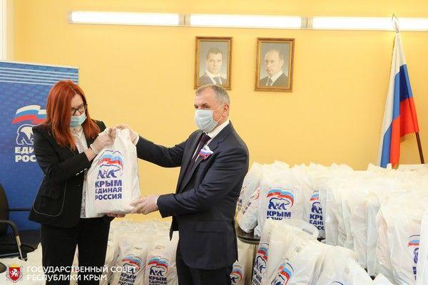 Владимир Константинов передал волонтерскому центру продуктовые наборы
