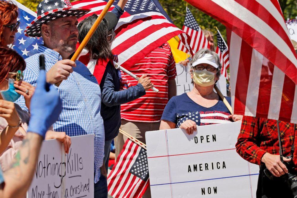 Американцы с винтовками в руках вышли на акцию протеста против карантина