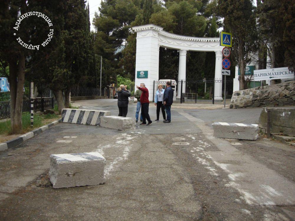 Алуштинцы разбили бетонные ограждения, перекрывавшие набережную