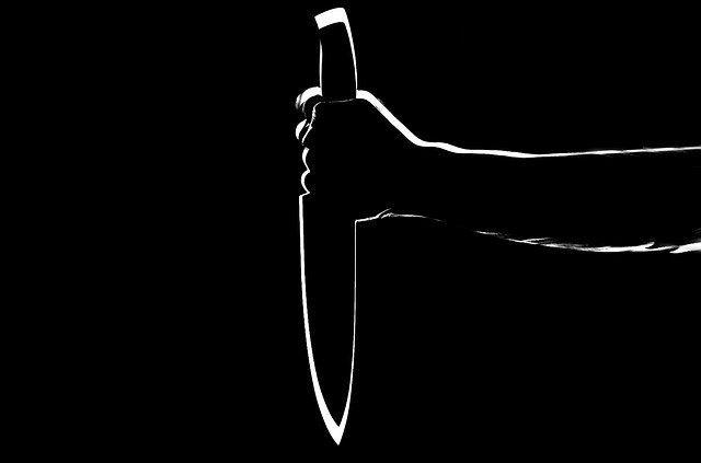 В Алуште пенсионер из ревности пырнул приятеля ножом