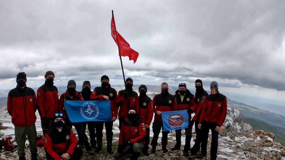На самой высокой вершине плато Чатыр-Даг ( г/о Алушта) установлено Знамя Победы