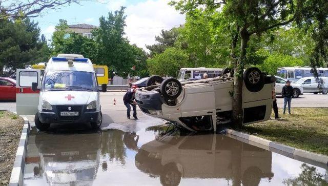 В Симферополе перевернулся микроавтобус: пострадали четверо - фото