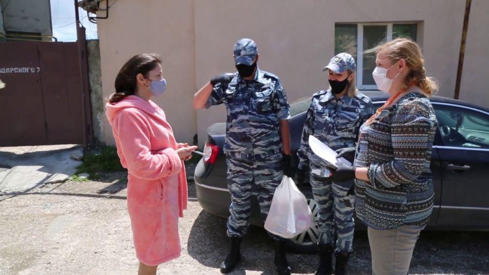 В Крыму полицейские оказали помощь самоизолированным жителям