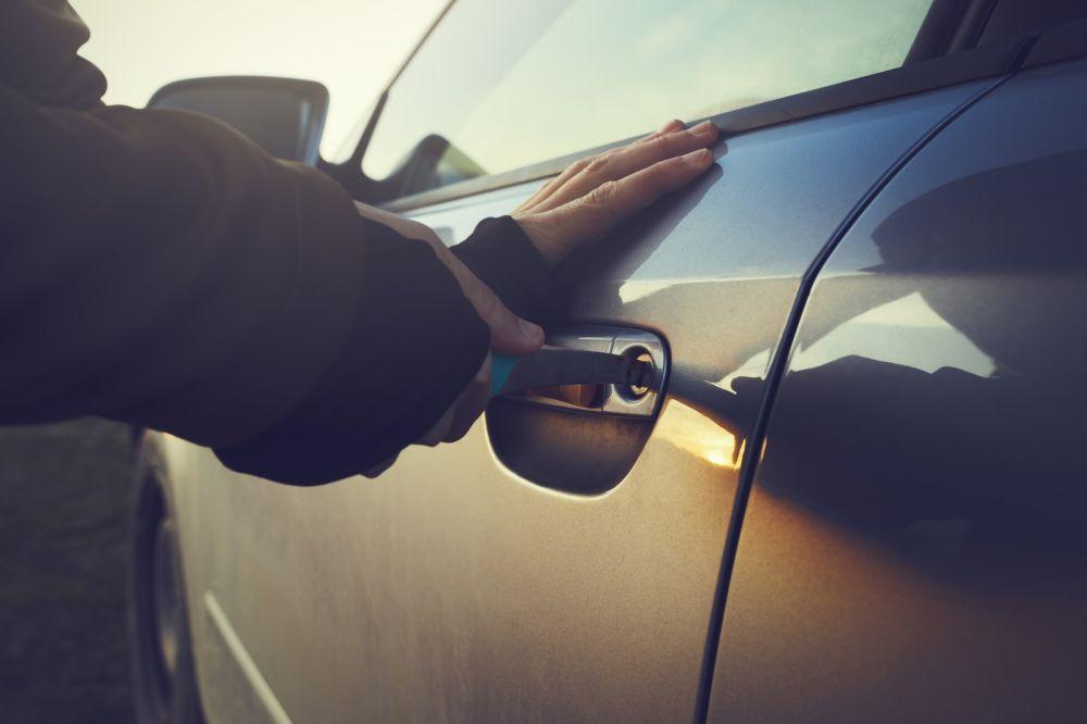 Ялтинцы обокрали автомобиль на 100 тысяч рублей