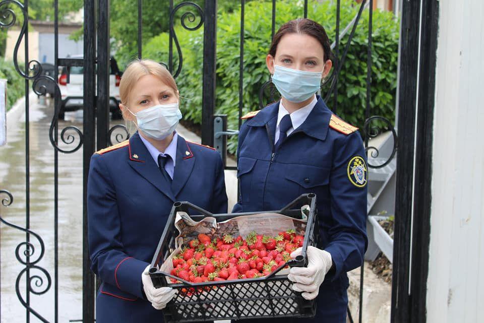 Офицеры Следкома передали фрукты и подарки нуждающимся детям