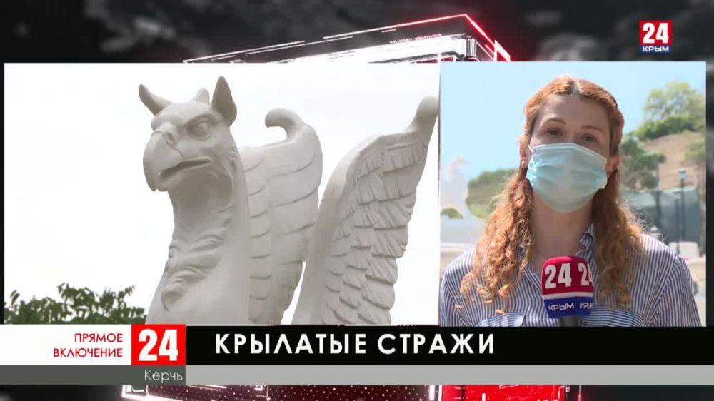 В Керчи установили новые статуи грифонов