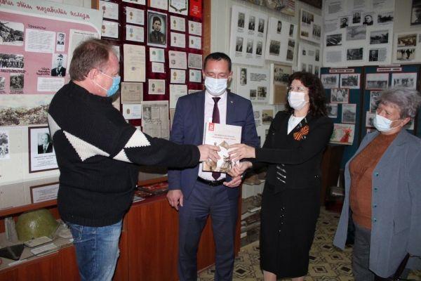 Алексей Черняк вручил памятные книги учреждениям Джанкоя и Джанкойского района