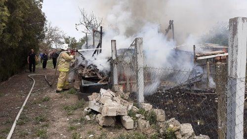 Три часа крымские пожарные тушили огонь в нежилом здании села Первомайское