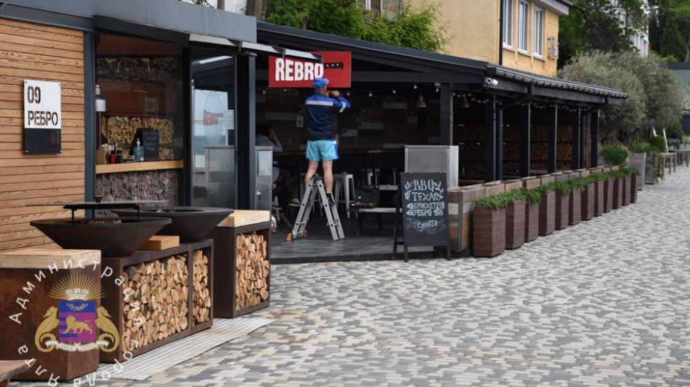 В Ялте начали работать летние площадки кафе и ресторанов