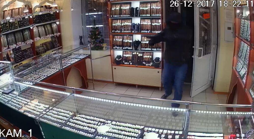 В Крыму мужчина ограбил ювелирные магазины на 900 тысяч рублей