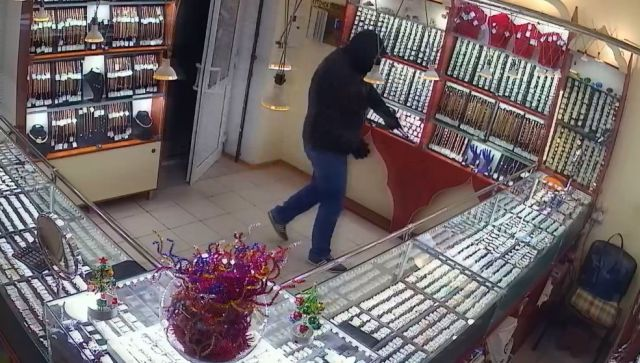 В Крыму мужчина в маске грабил ювелирные магазины - видео