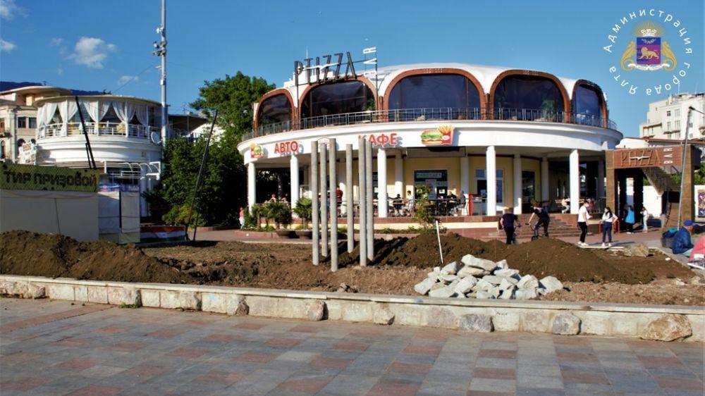 Реконструкция клумбы на набережной Ялты завершится ко Дню России