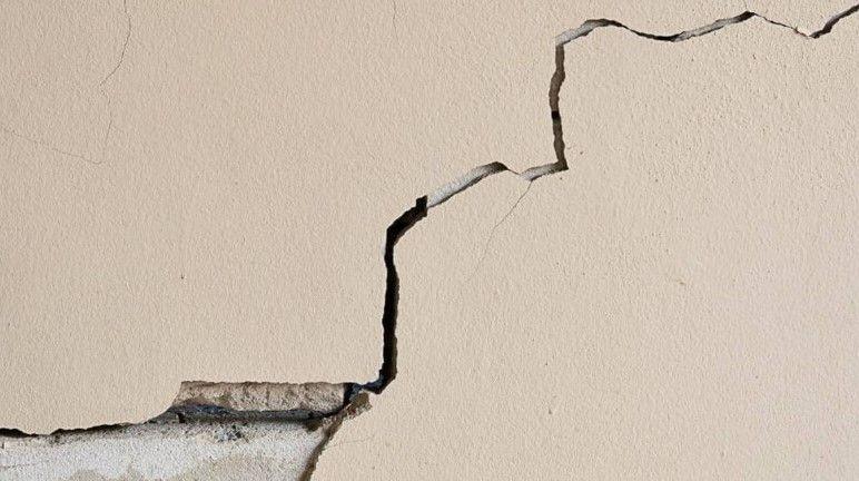 В Севастополе в стене дома по улице Молодых строителей появилась трещина