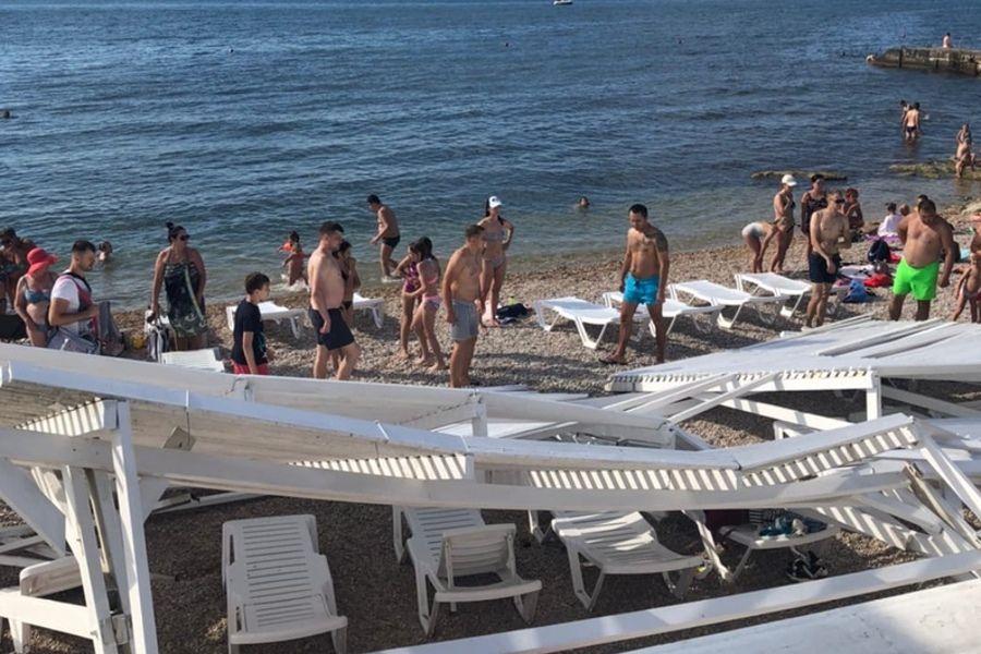 В Севастополе на пляже рухнул навес. Пострадала девушка