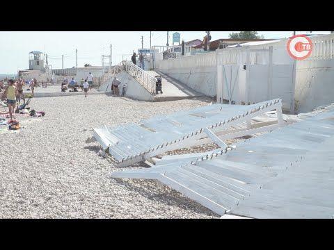 На пляже парка Победы на отдыхающих упал навес (СЮЖЕТ)