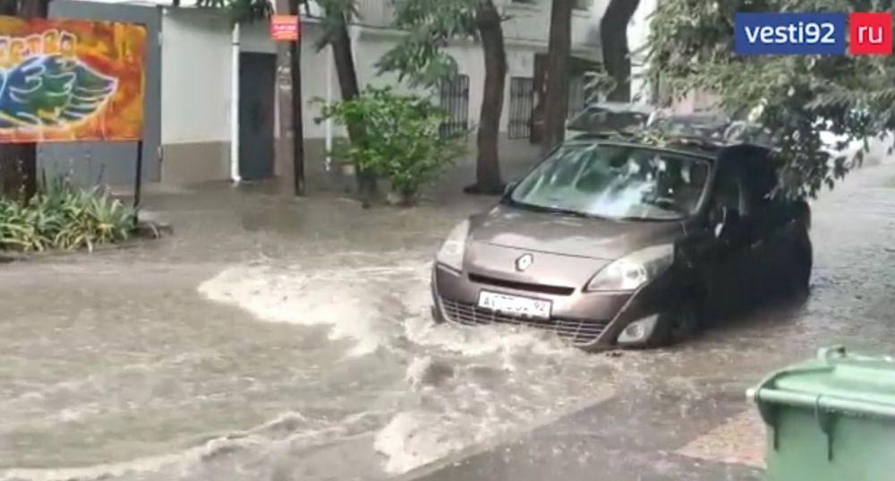 В Севастополе из-за ливня затопило часть улиц