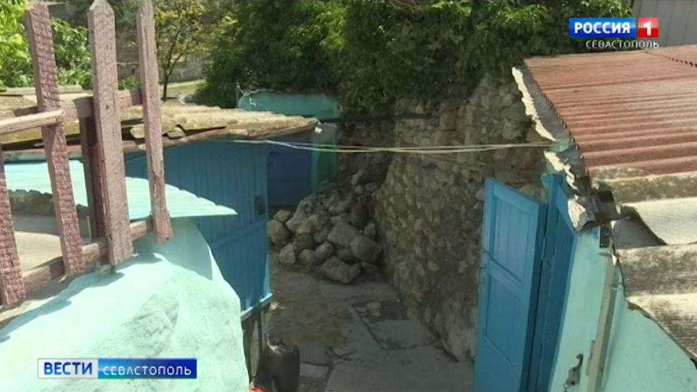 В Севастополе после дождя обрушилась подпорная стена