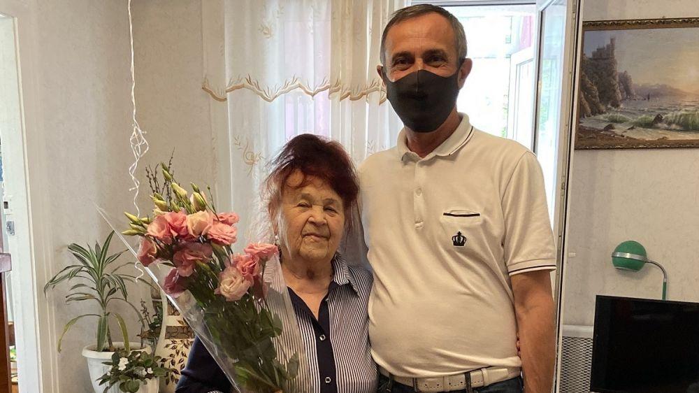 Лери Сванидзе поздравил жительницу Алупки с юбилеем