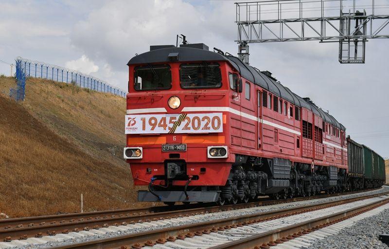 По Крымскому мосту запустили железнодорожное грузовое движение - видео