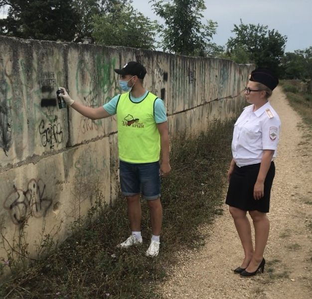В Севастополе правоохранители и общественники устроили акцию «Чистые стены»