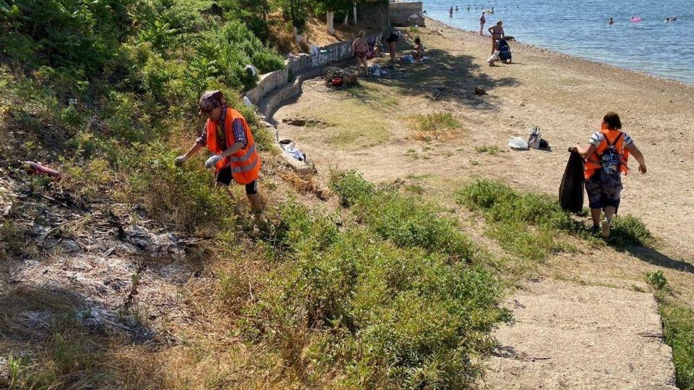 Коммунальщики очищают пляжи Керчи от мусора