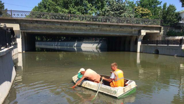 Пешком с газонокосилкой и с лодки вручную: как убирают Салгир – фото
