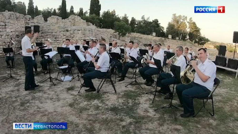 Оркестр Росгвардии исполнил «Богемскую рапсодию» в Античном театре