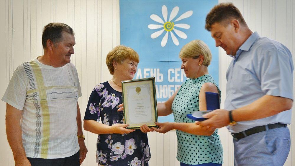 В День семьи, любви и верности семейные пары из Первомайского района награждены медалями и грамотами