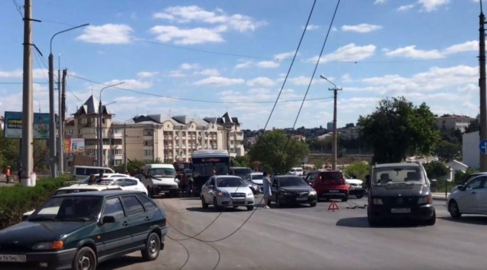 В Севастополе из-за повреждения троллейбусных проводов возникла большая пробка