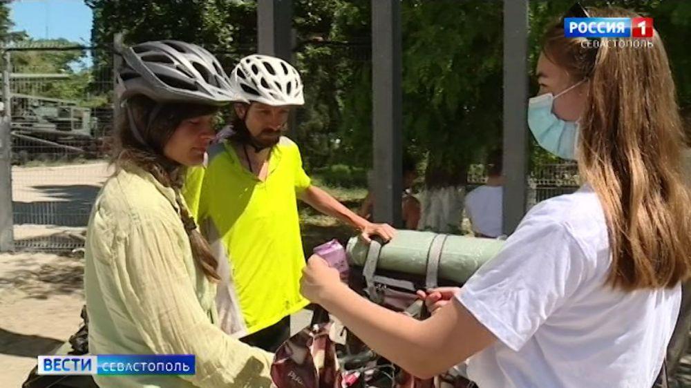 Туристов в Севастополе встречают с пряниками и путеводителями