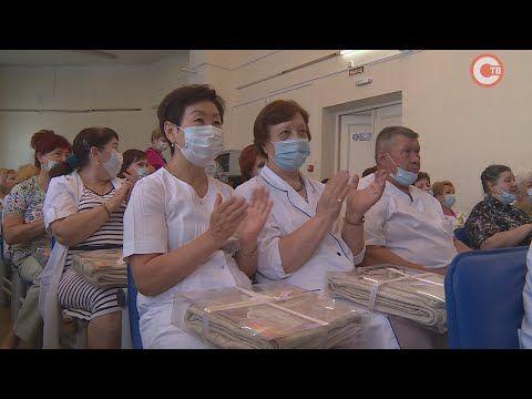 С прошедшим днем медицинского работника волонтеры поздравили сотрудников Горбольницы №1 (СЮЖЕТ)