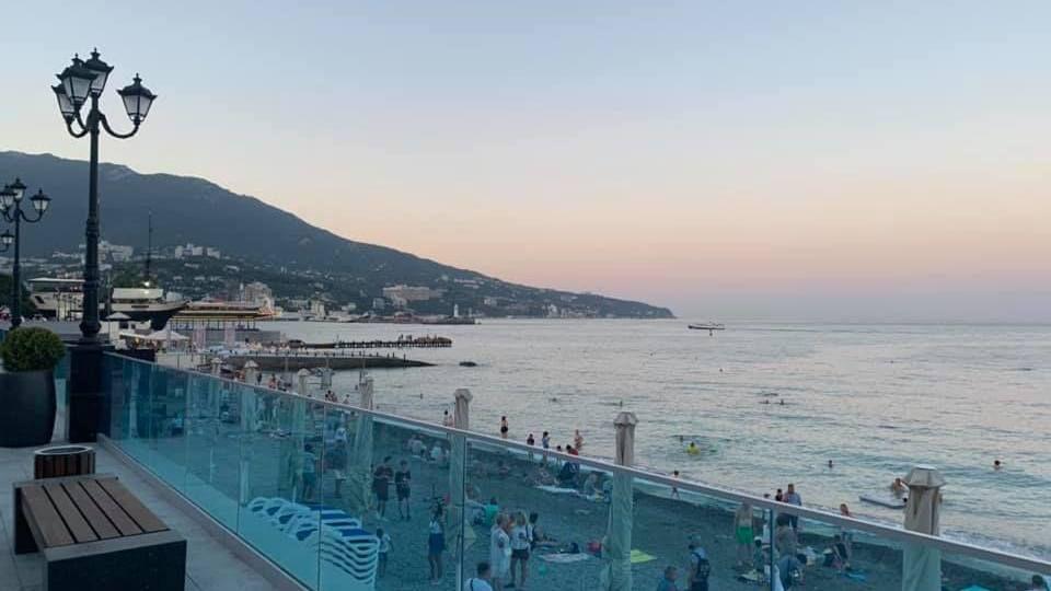 Пляжники в Крыму – вне опасности? В Роспотребнадзоре заявили, коронавирус погибает в морской воде
