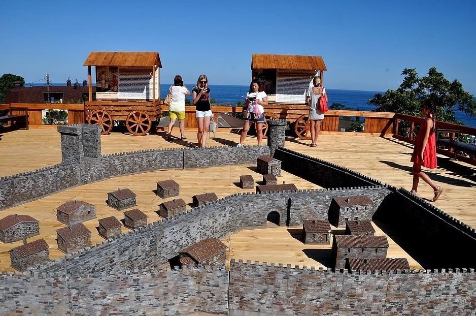 В Алуште представили обновленную крепость Алустон