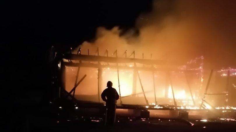 В Крыму ночью горело здание перед аркой «Страна Коктебель»