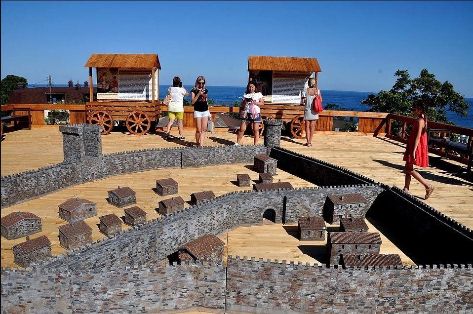 В Алуште открыли обновлённую крепость Алустон