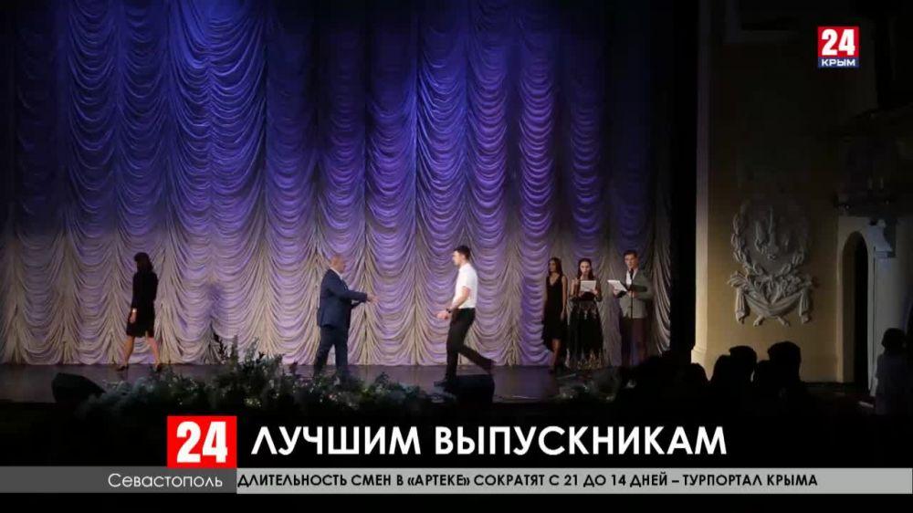 Развожаев вручил красные дипломы выпускникам Севастопольского государственного университета