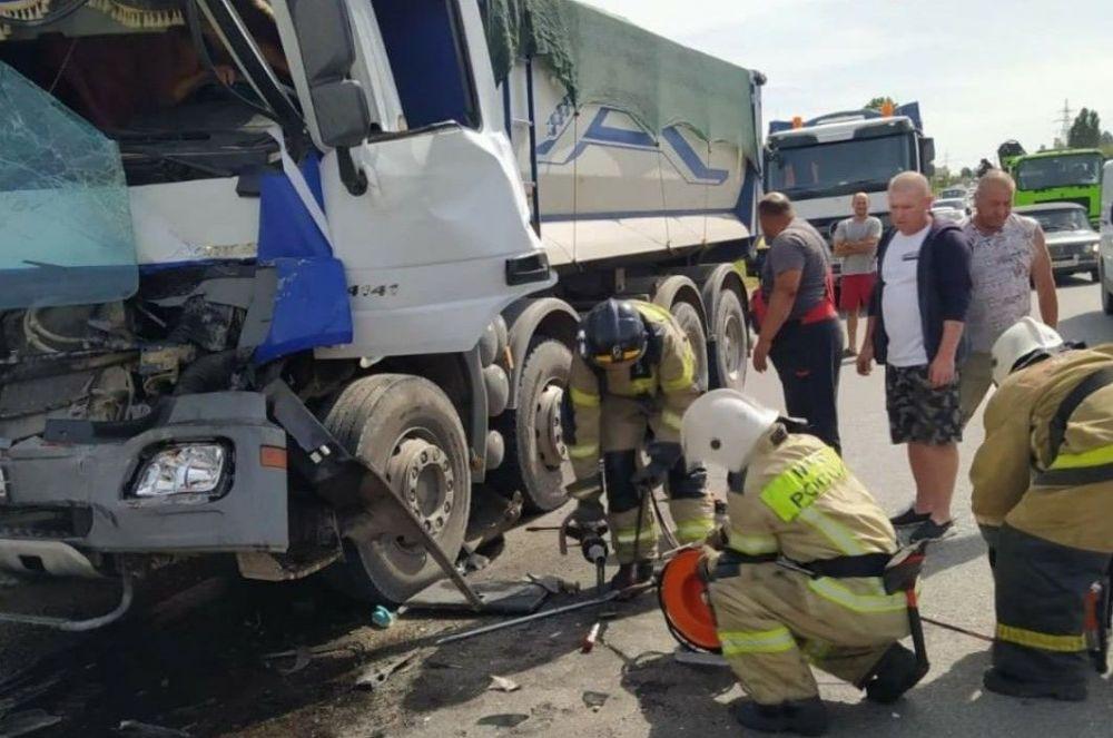 В Крыму у села Живописное столкнулись два грузовых автомобиля