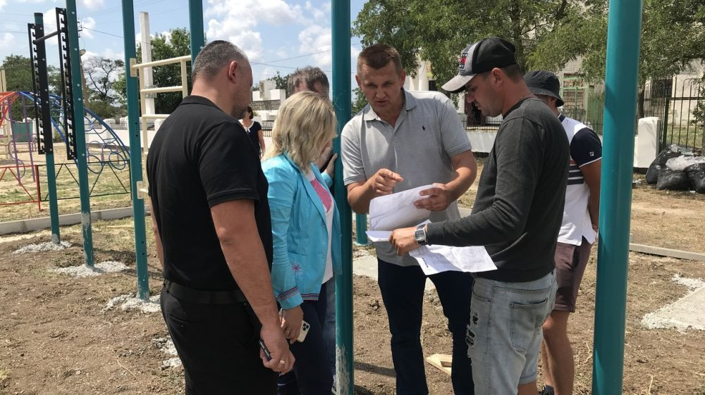 Осуществление контроля по установке спортивных площадок в Ленинском районе Республики Крым!