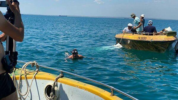 Затонувшую в Керченском проливе бронемашину вытащили на берег