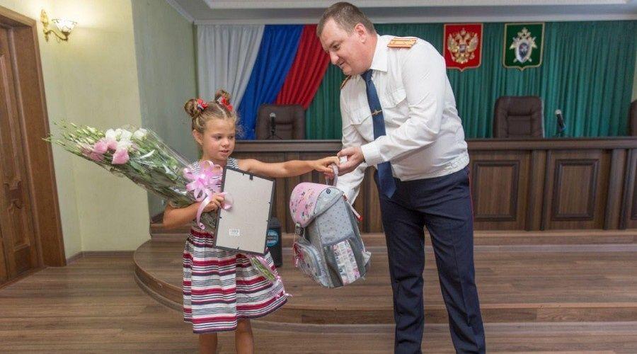 Крымский главк Следкома наградил спасшую тонувшего ребенка семилетнюю девочку из Тулы