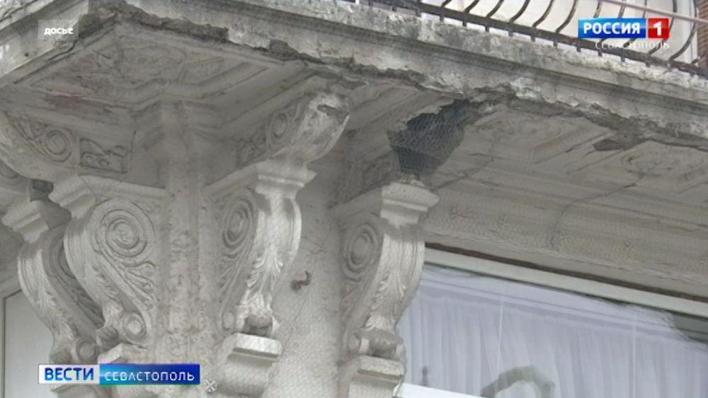 В Севастополе в жилом доме на Большой Морской обрушился балкон