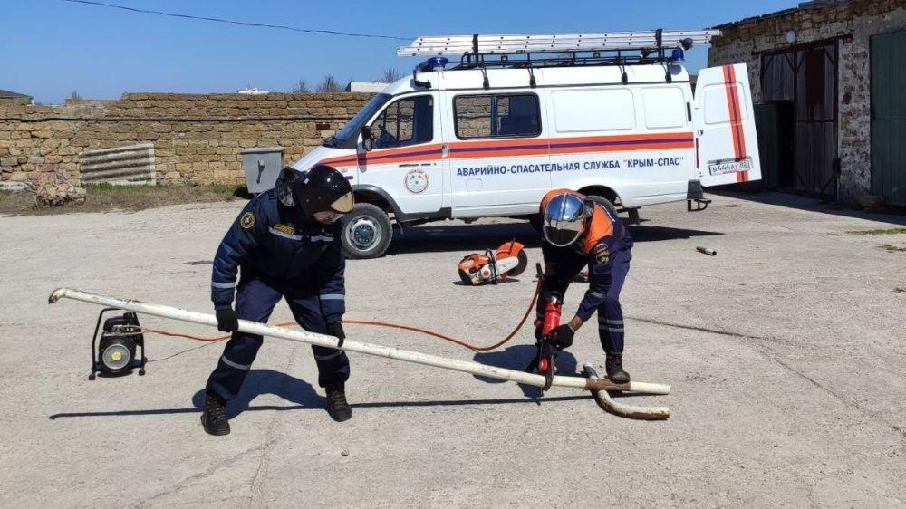 Специалисты ГКУ РК «КРЫМ-СПАС» провели тренировочное занятие с применением гидравлического аварийно-спасательного инструмента