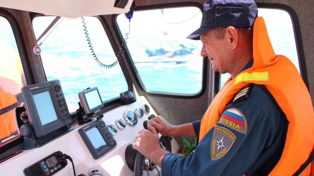 В Евпатории снова спасли туристов, которых унесло в море на матрасе