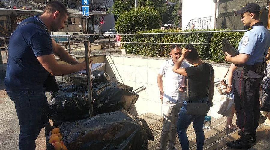 Почти 40 мешков незаконно реализуемых товаров изъяли у стихийщиков в Ялте