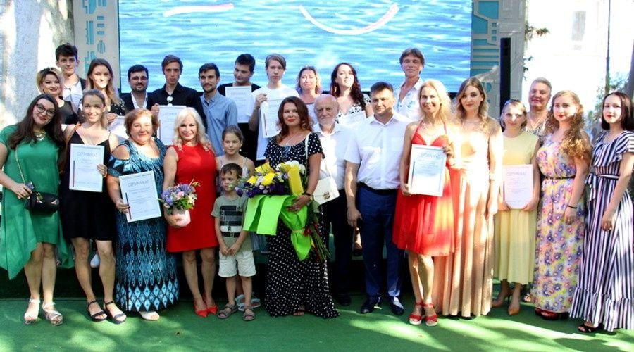 Сенатор наградила победителей конкурса видеоклипов к своей песне о Ялте в канун Дня города