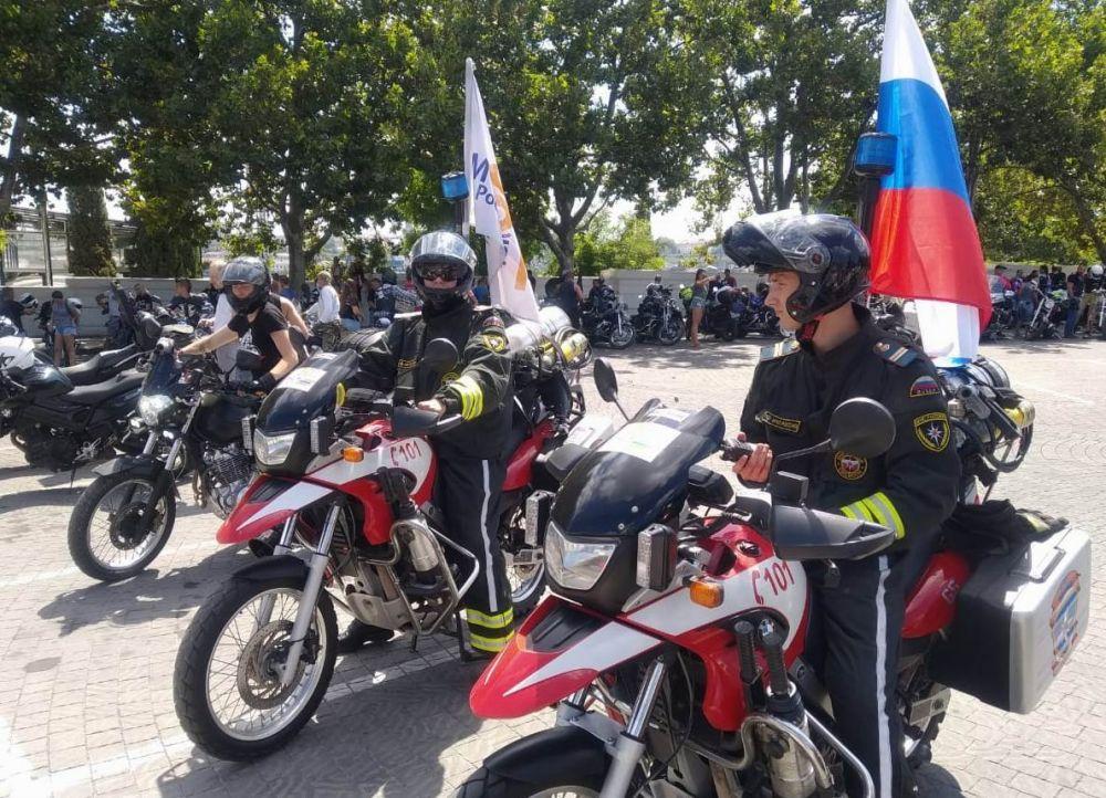 """В Севастополе """"байкеры МЧС"""" проехали в мотопробеге"""