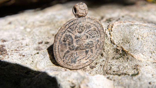 На раскопках в Крыму нашли уникальный средневековый медальон